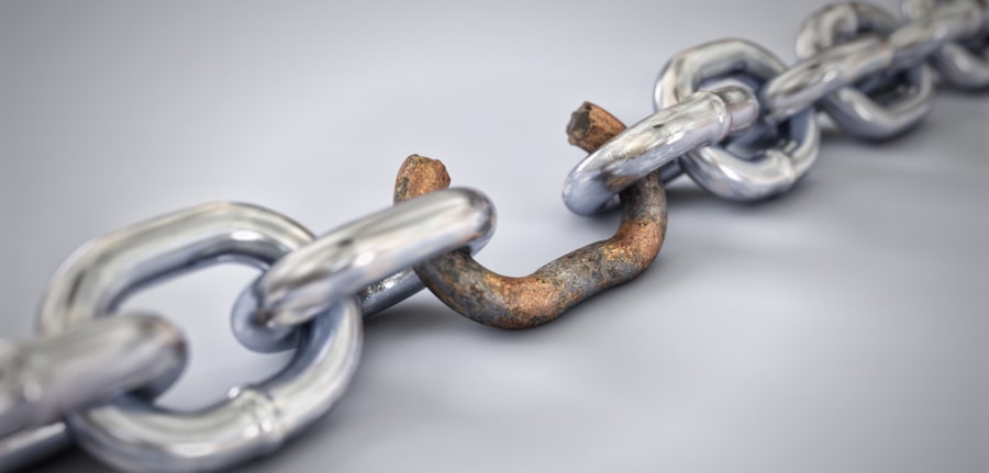 A chain with a broken, rusted and weak link depicting weak passwords in Cybersecurity